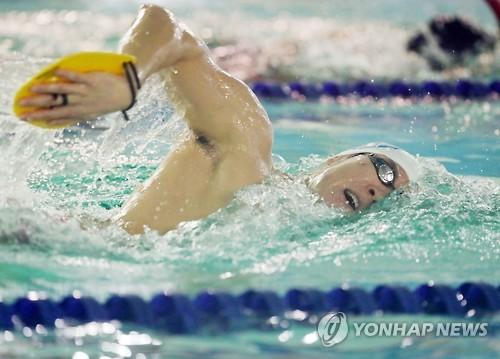 资料图片:1月23日,朴泰桓在位于仁川的文鹤朴泰桓游泳馆进行训练。(韩联社)