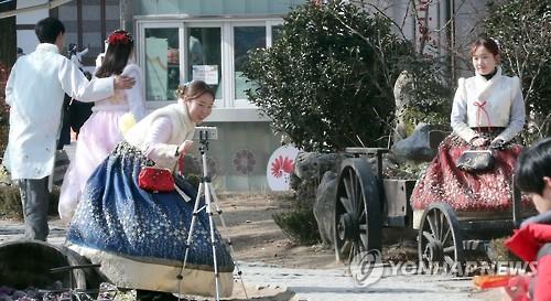 한복 입고 한옥마을 나들이[연합뉴스 자료사진]