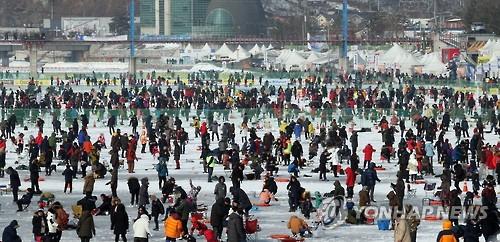 De nombreux visiteurs participent au Festival de la truite de montagne de Hwacheon le lundi 30 janvier 2017, dans le comté de Hwacheon, dans la province du Gangwon, au dernier jour de la fête du Nouvel An lunaire.