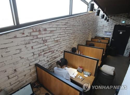 资料图片:首尔一家咖啡厅的单人座席区(完)