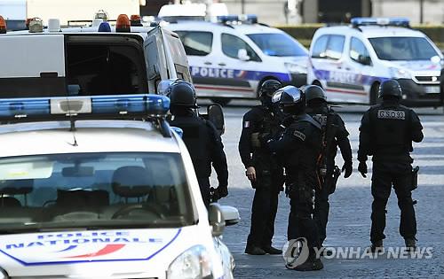 """파리 루브르서 테러…범인, 아랍어로 """"신은 위대하다"""""""