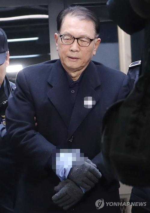 호송차에서 내리는 김기춘