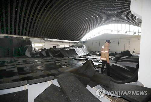 무너져내린 동인천중 실내수영장 천장 [연합뉴스 자료사진]