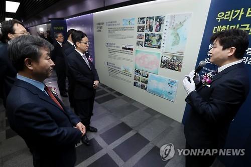 资料图片:2017年2月21日,2017国家形象UP展览会在首尔国立中央博物馆开幕。图为韩联社社长朴鲁晃(左)在参观展览会。(韩联社)