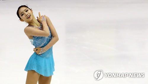 2月25日,在第8届亚冬会花样滑冰女单自由滑比赛中,韩国选手崔多彬在进行表演。(韩联社)