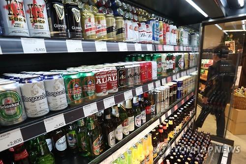 大型スーパーで販売されている輸入ビール=(聯合ニュース)