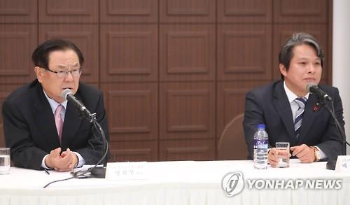 2月27日,在首尔韩国新闻中心,韩国职业高尔夫球协会会长梁辉夫(左)发言。(韩联社)