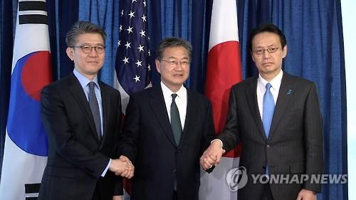 当地时间2月27日,在美国华盛顿,朝核问题六方会谈韩美日团长握手合影。(韩联社)