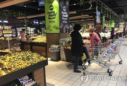 마트서 장보는 중국 소비자들 [연합뉴스 자료사진]