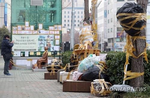 '쓰레기장' 방불케 하는 일본영사관 소녀상 주변