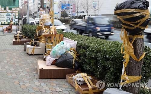 3月初め、少女像の周りの様子。ゴミや家具が固定されている=(聯合ニュース)