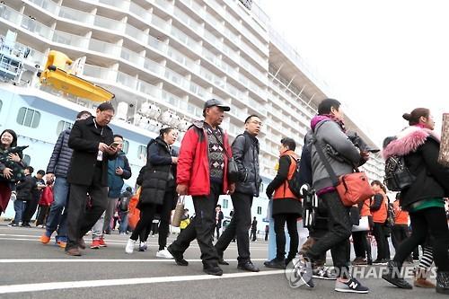 3月上旬、釜山に立ち寄った中国のクルーズ旅行客=(聯合ニュース)
