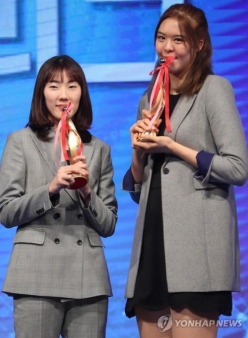 박혜진(왼쪽)과 박지수.
