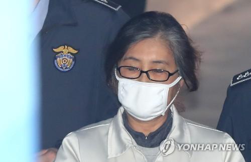 公判に出席するため、ソウル中央地裁の法廷に向かう崔順実被告=7日、ソウル(聯合ニュース)