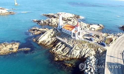해안 바위 위에 기장 죽성성당