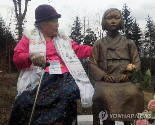 ドイツに設置された平和の少女像。慰安婦被害者のアン・ジョムスンさんも除幕式に出席した=8日、ヴィーゼント(聯合ニュース)