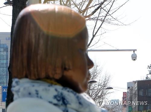 日本総領事館前の少女像を見張る防犯カメラ=9日、釜山(聯合ニュース)