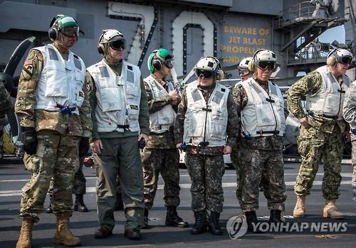 Le chef d'état-major des armées, Lee Sun-jin (troisième à partir de la droite), et le commandant en chef des Forces américaines en Corée du Sud (USFK), Vincent Brooks (à gauche), visitent le porte-avions à propulsion nucléaire USS Carl Vinson le dimanche 12 mars 2017. © Comité des chefs d'état-major interarmées (JCS)</p><p>(Yonhap)