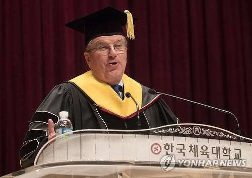 韓国体育大で開かれた名誉博士号授与式であいさつするバッハ氏=14日、ソウル(聯合ニュース)
