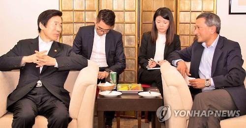 韩新加坡外长举行会谈