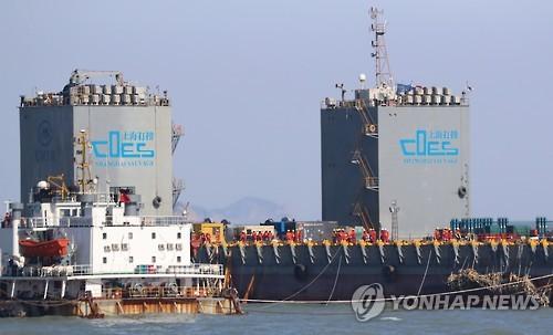 事故海域ではセウォル号引き揚げに向け準備作業が行われている=(聯合ニュース)