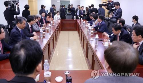 한국당 초선들, 보수 유력주자 초청 토론 추진