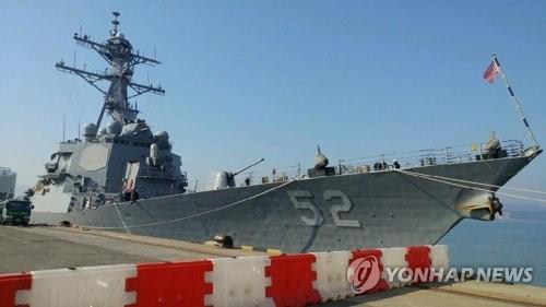 """3月17日上午,美国""""巴里""""号驱逐舰抵达木浦新港。(韩联社)"""