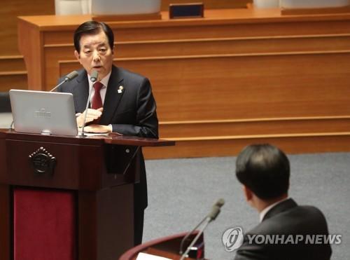 国会で答弁する韓民求氏=17日、ソウル(聯合ニュース)