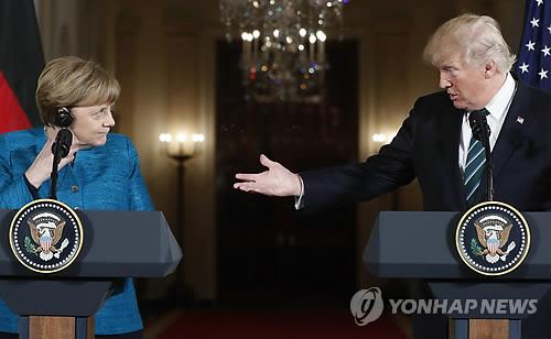 공동기자회견 하는 트럼프와 메르켈[AP=연합뉴스 자료사진]