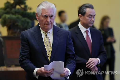 18일 베이징 회담장의 렉스 틸러슨(왼쪽 앞쪽) 美국무장관과 왕이 중국 외교부장