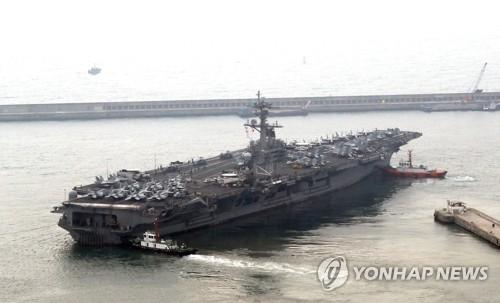 Le porte-avions américain à propulsion nucléaire USS Carl Vinson quitte le port de Busan le lundi 20 mars 2017 pour prendre part à un exercice militaire conjoint sud-coréano-américain. </p><p>(Yonhap)