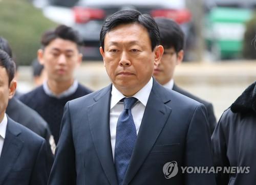 굳은 표정으로 법정 향하는 신동빈 롯데회장