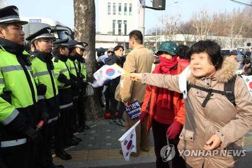 [박근혜 소환] 검찰 앞 박 전 대통령 지지자들