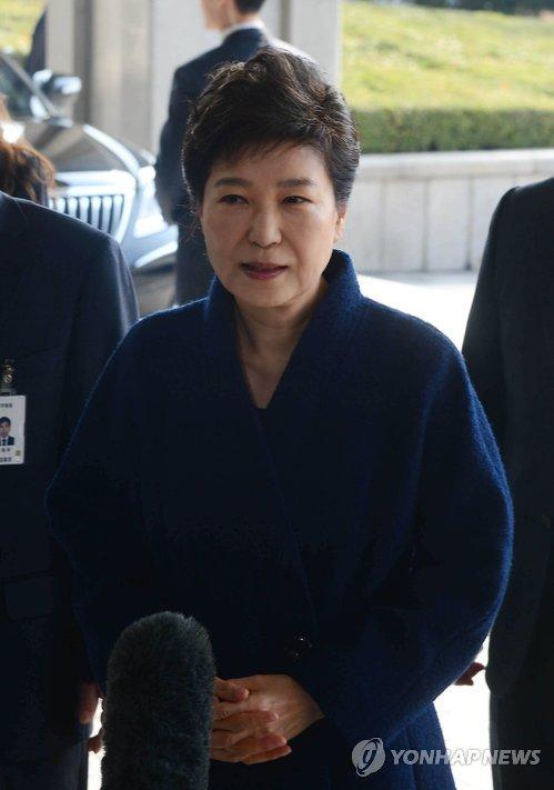 """[박근혜 소환] 박 전 대통령 """"국민들께 송구"""""""