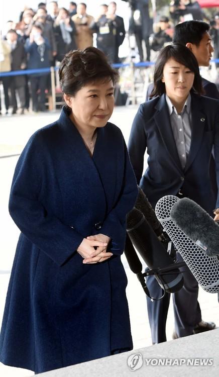 [박근혜 소환] 계단 오르는 박 전 대통령