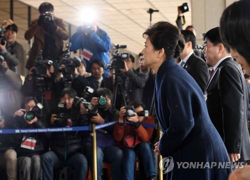 [박근혜 소환] 청사 계단 오르는 박 전 대통령