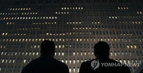 [박근혜 소환] 불 밝힌 검찰