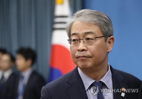 굳은 표정의 임종룡 금융위원장