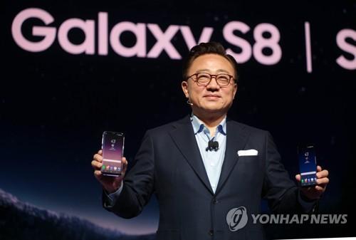 Koh Dong-jin présente le nouveau smartphone Galaxy S8 le 29 mars 2018 à New York