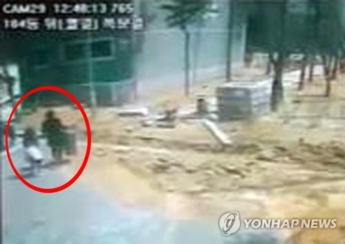 8살 여자 초등생 살해 직전 폐쇄회로(CC)TV [연합뉴스 자료 사진]