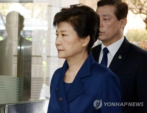 L&apos;ancienne présidente Park Geun-hye arrive à la Cour centrale du district de Séoul le jeudi 30 mars 2017 pour assister à l&apos;audition en vue de décider de sa détention ou non.</p><p>(Yonhap)