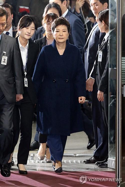 L&apos;audience de l&apos;examen pour la détention provisoire de l&apos;ex-présidente Park Geun-hye a pris fin le soir du 30 mars 2017 à la Cour centrale du district de Séoul. Cette audience a duré 8 heures et 40 minutes afin d&apos;examiner le dossier d&apos;accusation contre Park impliquée dans le scandale Choi Soon-sil ainsi que la nécessité d&apos;un placement en détention de l&apos;ex-présidente destituée le 10 mars dernier par la Cour constitutionnelle. </p><p>(Yonhap)