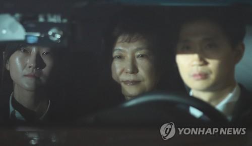 Le véhicule de l&apos;ex-présidente Park Geun-hye arrive au centre de détention de Séoul dans la nuit du 30 au 31 mars 2017 après une audience qui a duré 8 heures et 40 minutes à la Cour centrale du district de Séoul qui a décidé la détention provisoire. Le tribunal a reconnu le risque de destruction de preuves et a estimé que les chefs d&apos;accusation prouvent la nécessité d&apos;un placement en détention de Park impliquée dans les affaires de corruption en collusion avec Choi Soon-sil, sa confidente de 40 ans. </p><p>(Yonhap)