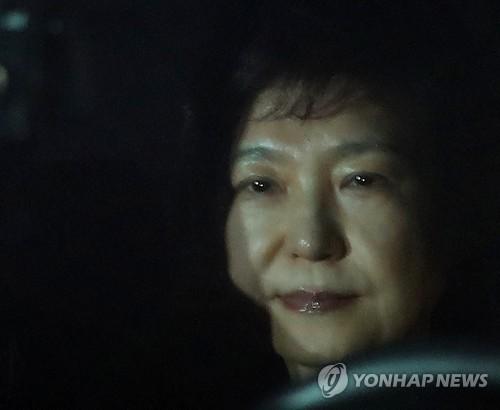 Park Geun-hye, ancienne présidente destituée le 10 mars 2017 par la Cour constitutionnelle, arrive au centre de détention de Séoul dans la nuit du 30 au 31 mars 2017 après avoir assisté à une audience qui a duré 8 heures et 40 minutes à la Cour centrale du district de Séoul pour un placement en détention de Park impliquée dans les affaires de corruption et de réception de pots-de-vin en collusion avec Choi Soon-sil, sa confidente de 40 ans.</p><p>(Yonhap)