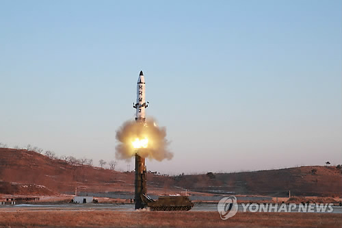 """资料图片:这是朝中社今年2月报道的朝鲜""""北极星2""""型中程弹道导弹试射现场照。图片仅限韩国国内使用,严禁转载复制。(韩联社/朝中社)"""
