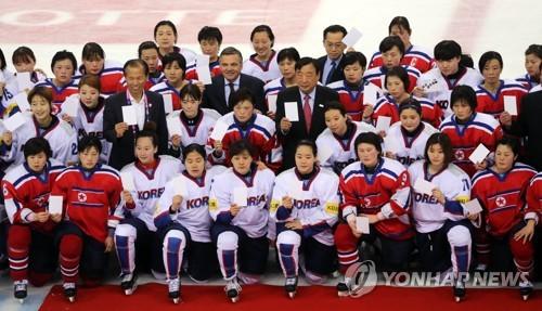 资料图片:2017年4月6日,在韩国江原道江陵冰球中心,韩朝女子冰球代表队队员们在2017国际冰联女子冰球世锦赛乙级A组韩朝大战结束后合影留念。(韩联社)