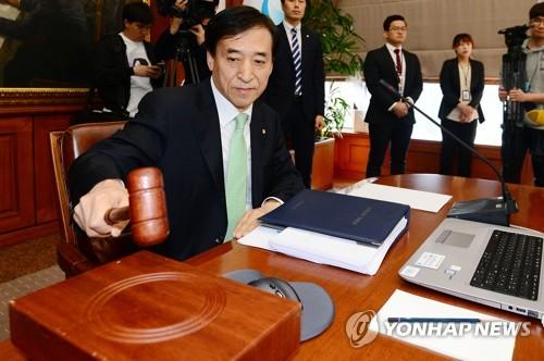 4月13日,在韩国银行,行长李柱烈主持召开金融货币委员会全体会议。(韩联社)