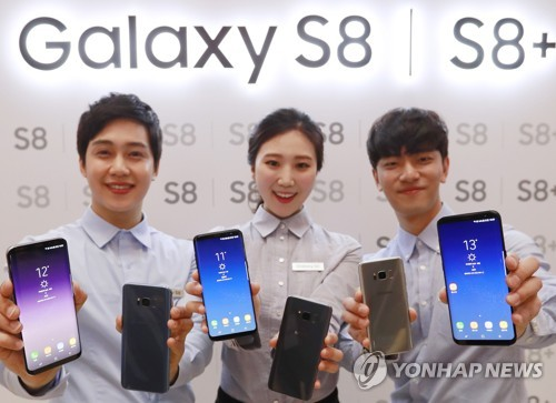 Des mannequins présentent le Galaxy S8 et le Galaxy S8 Plus de Samsung Electronics Co. le jeudi 13 avril 2017, dans les locaux du géant des technologies sud-coréen à Seocho, lors de la journée de la presse du Galaxy S8. </p><p>(Yonhap)