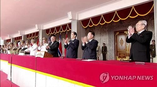 Le dirigeant nord-coréen Kim Jong-un (4e à partir de la droite) assiste le samedi 15 avril 2017 au grand défilé militaire organisé sur la place Kim Il-sung à l'occasion du 105e anniversaire de ce dernier, défunt fondateur de la Corée du Nord, et retransmis en direct par la Télévision centrale nord-coréenne (KCTV).  (Utilisation en Corée du Sud uniquement et redistribution interdite) (Yonhap)
