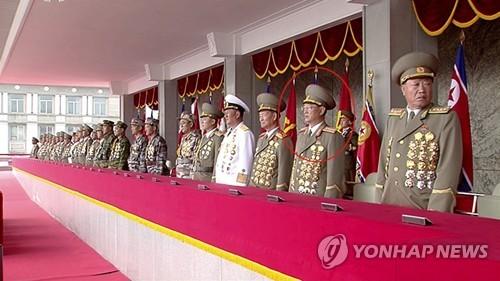 Le ministre de la Sécurité d'Etat Kim Won-hong (cercle rouge) qui semblait avoir été limogé assiste le samedi 15 avril 2017 au grand défilé militaire organisé à l'occasion du 105e anniversaire du défunt fondateur de la Corée du Nord, Kim Il-sung. (Utilisation en Corée du Sud uniquement et redistribution interdite) (Yonhap)